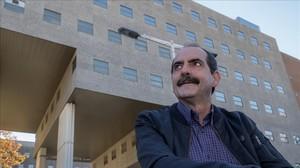 Jordi Giró, presidente de la asociación de vecinos de la Vila Olímpica, ante el edificio del albergue.