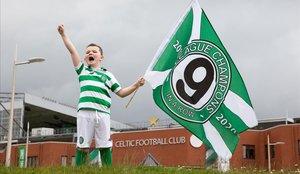 Un joven aficionado del Celtic celebra el título de Liga de su equipo.
