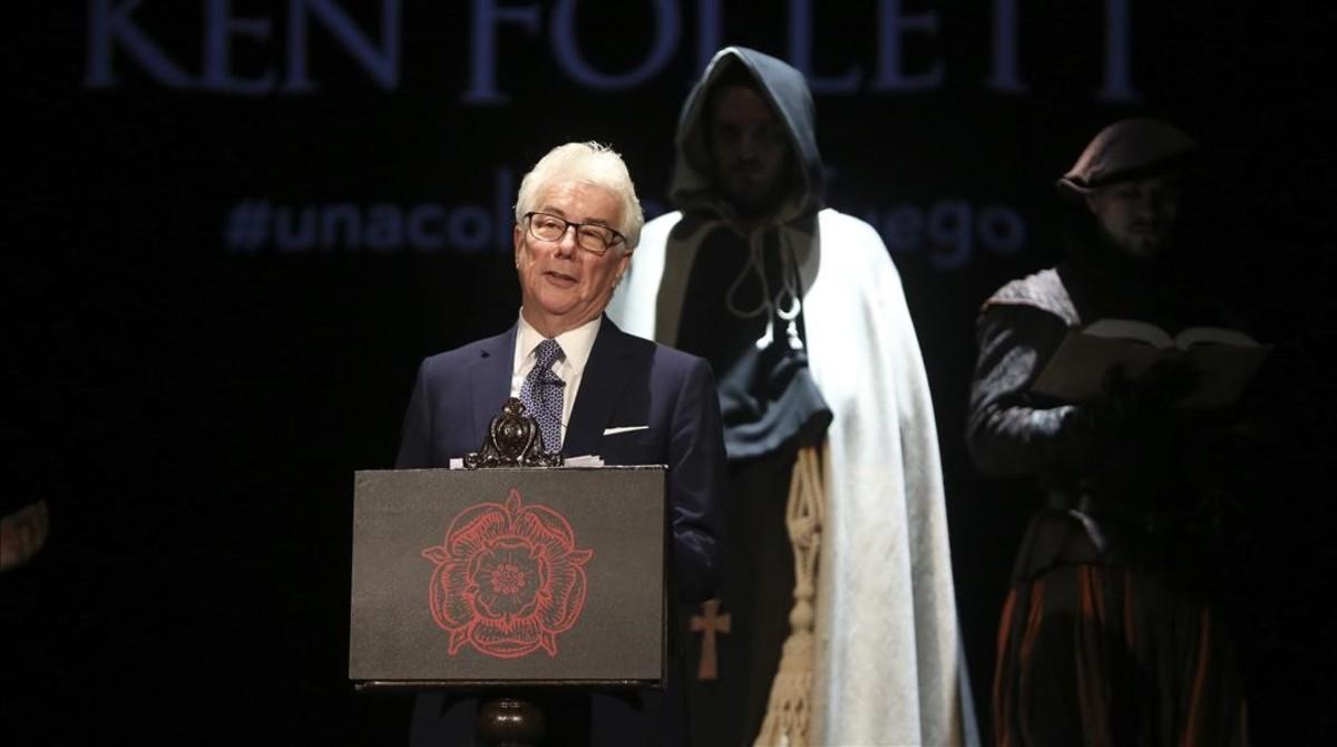 Ken Follet, en el teatro Infanta Isabel de Madrid, donde presentó Una columna de fuegorodeado por actores que interpretaban a los personajes de la novela.