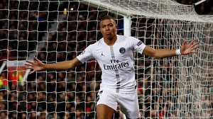 Kylian Mbappé celebra su gol, el segundo del PSG en Old Trafford.