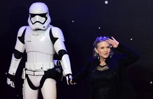 Carrie Fisher posa junto a un soldado imperial, en diciembre del 2015.