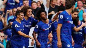 Las estrellas del Chelsea celebran un gol en partido de la Premier en Stamford Bridge.