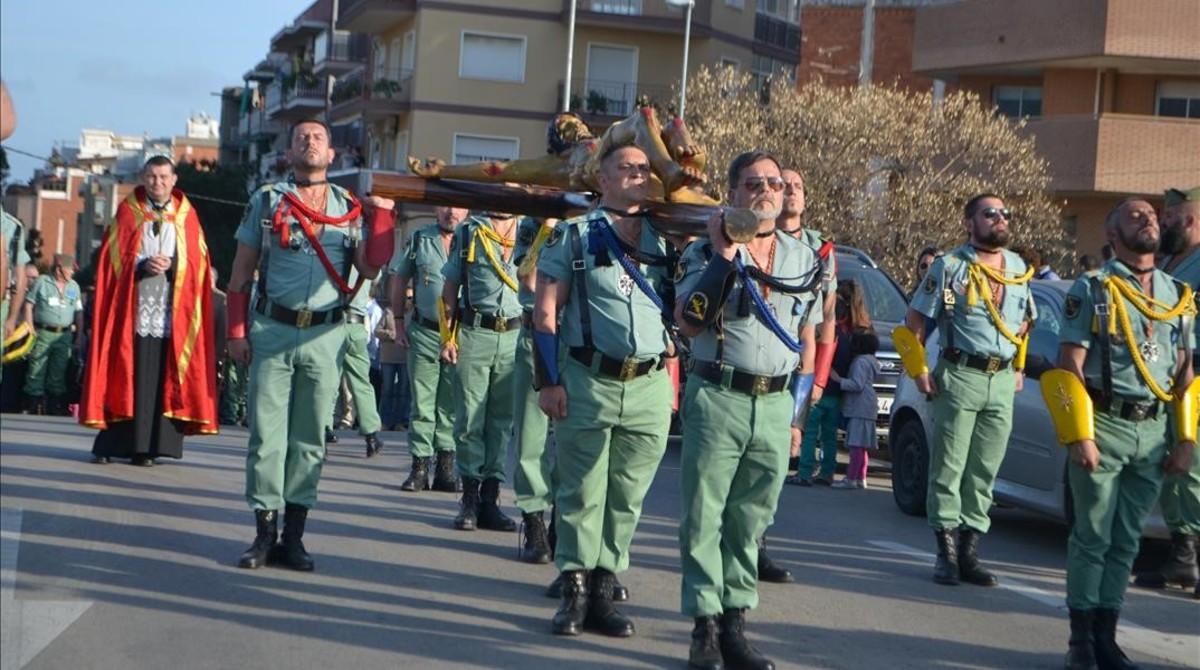 Exlegionarios llevan a un Cristopor las calles de L'Hospitalet el 2015.
