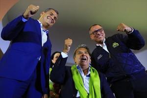 Lenín Moreno (centro y con pañuelo verde) celebra junto al presidente saliente, Rafael Correa (izquierda), la victoria electoral en Ecuador.