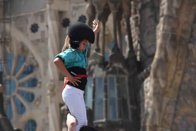 Lenxaneta corona un castell al costat de la Sagrada Família.