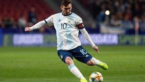 Leo Messi se dispone a golpear el balón en el partido ante Venezuela