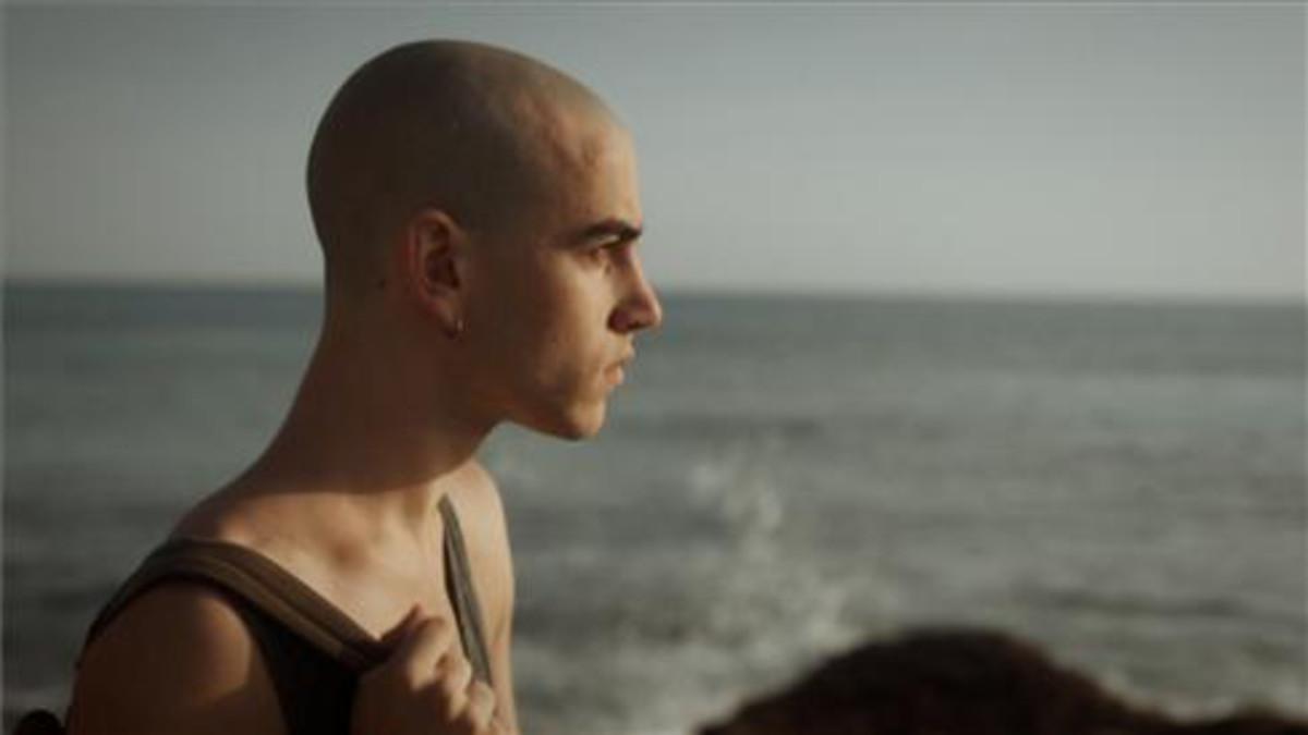 El actor Àlex Moner, caracterizado como Lleó, en la serie Polseres Vermelles.