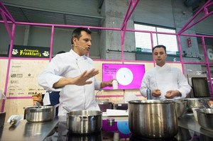 Los chefs de Disfrutar Oriol Castro y Eduard Xatruch, en acción, en The Alimentaria Experience.