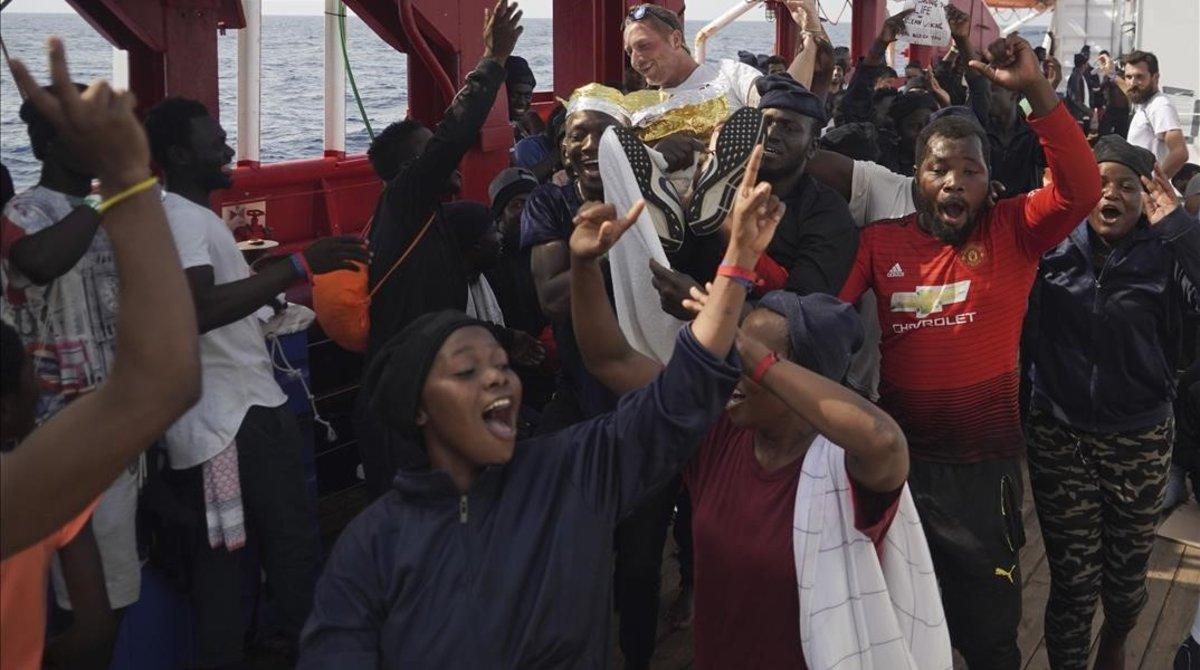 Los inmigrantes del 'Ocean Viking' celebran que van a poder desembarcar este martes en Italia.