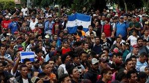 Los inmigrantes hondureños se organizan para pasar a México.