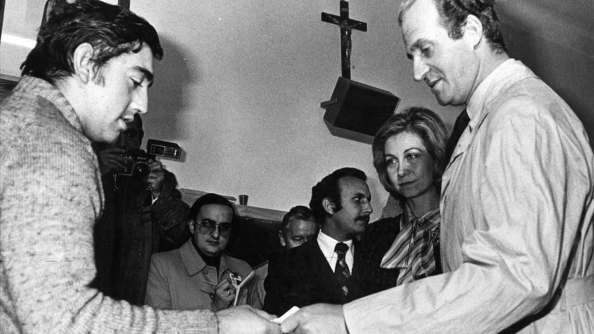 Los reyes Juan Carlos y Sofía votan en el referéndum sobre la Constitución, el 6 de diciembre de 1978.