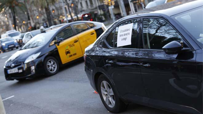Los taxis de Barcelona vuelven a circular tras seis días de huelga.