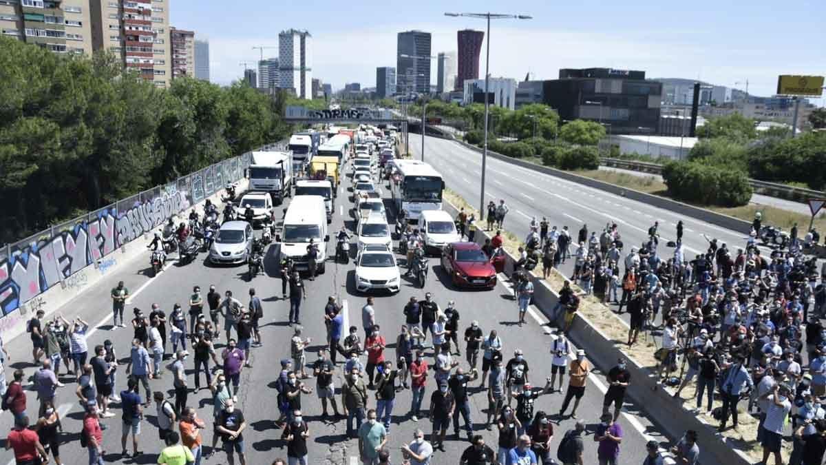 Los trabajadores de Nissan cortan la Gran Via, este jueves.