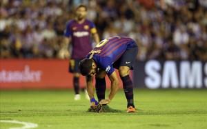 Luis Suárez intenta reponer un tepe de hierba levantado en el campo vallisoletano