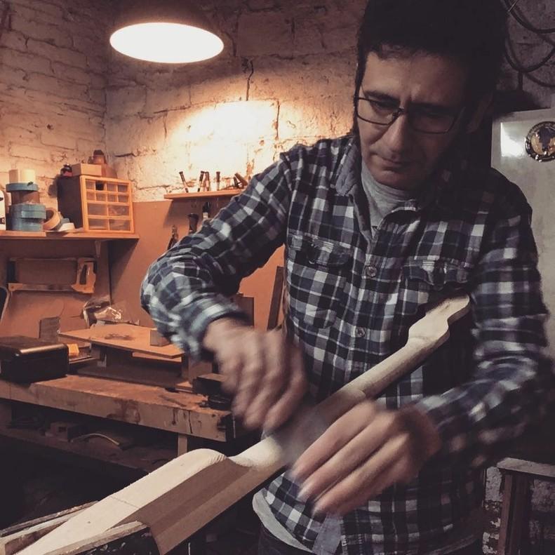 El lutier David Prat, de Rubí, trabajando en su taller.