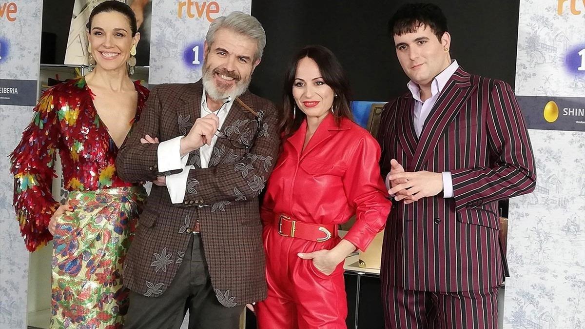 La presentadora de 'Maestros de la costura', Raquel Sánchez Silva,y el jurado, compuesto por los diseñadores Lorenzo Caprile,Maria Escotéy Alejandro G.Palomo.