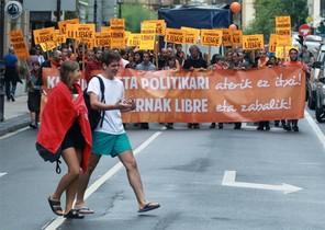 Una manifestació recorre el centre de Sant Sebastià per rebutjar la sentència contra les herriko tabernas .