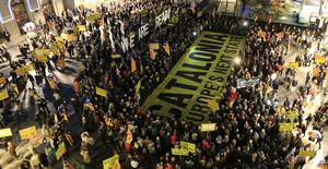 Manifestación de protesta en la plaza Sant Jaume por la querella de la Fiscalía contra el president Mas.