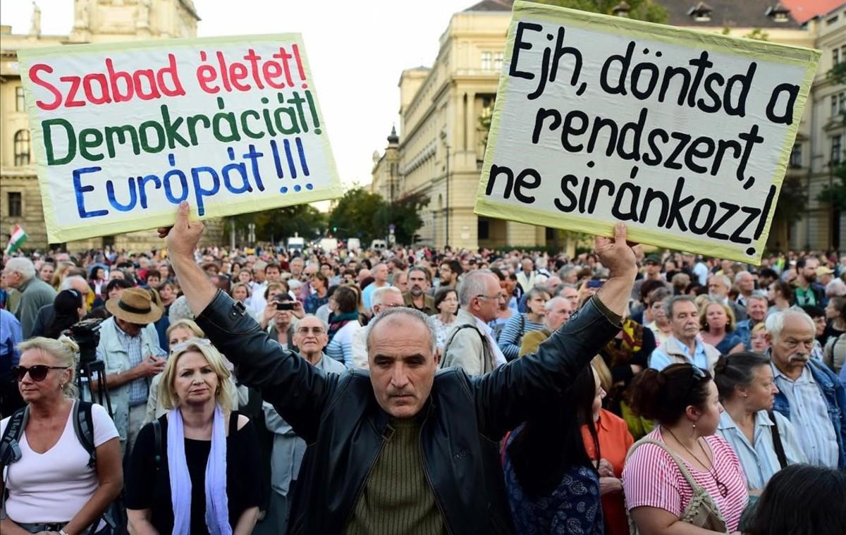 Manifestación opositora, el viernes ante el Parlamento, en Budapest.