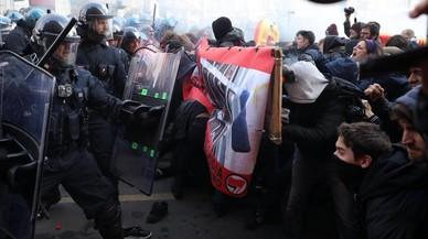 Antifascistas y ultras marchan en Italia a una semana de las elecciones