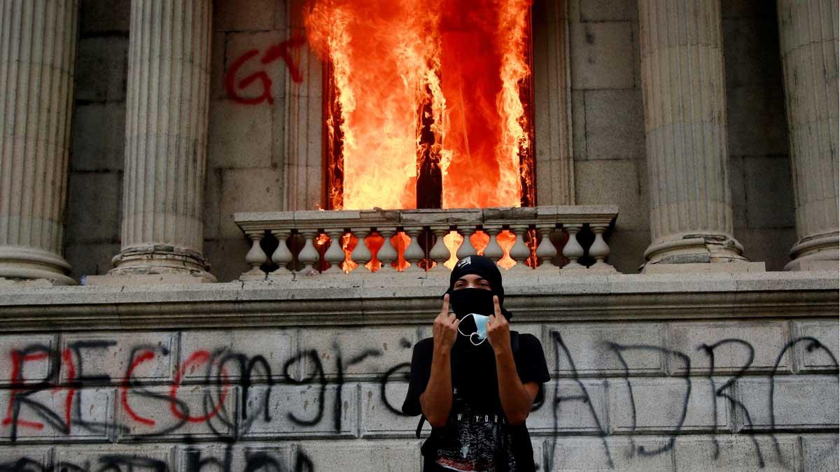 Cientos de manifestantes toman el Congreso de Guatemala y le prenden f