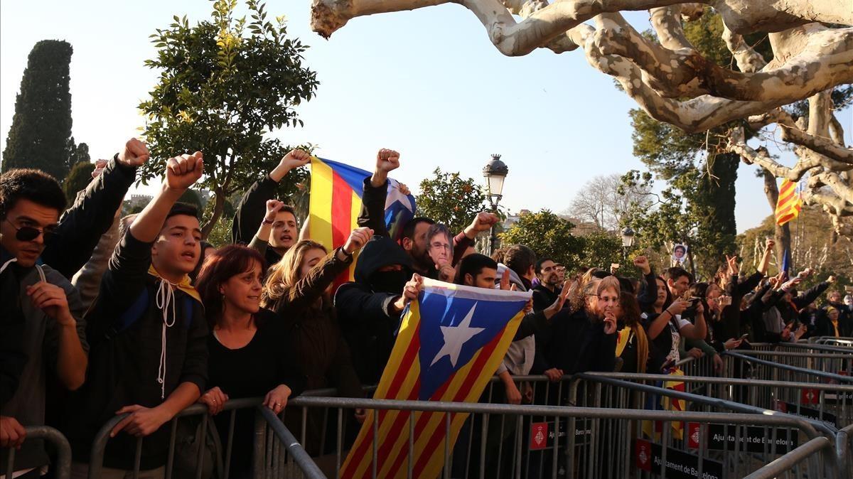 Manifestantes rompen el cordon policial y entran en el Parque de laCiutadella.