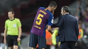 Consulta de Busquets a Valverde, durante un Barça-Alavés de la temporada 2018-2019.