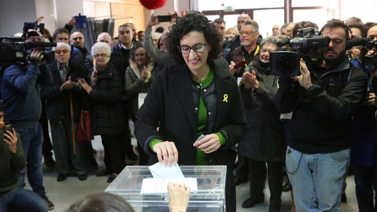 Marta Rovira votando ensu ciudad, Vic.