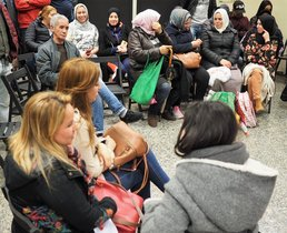 Personas en situación de emergencia habitacional que se reunen en la sede de la Plataforma d'Afectats per la Crisi i el Capitalisme de Mataró.