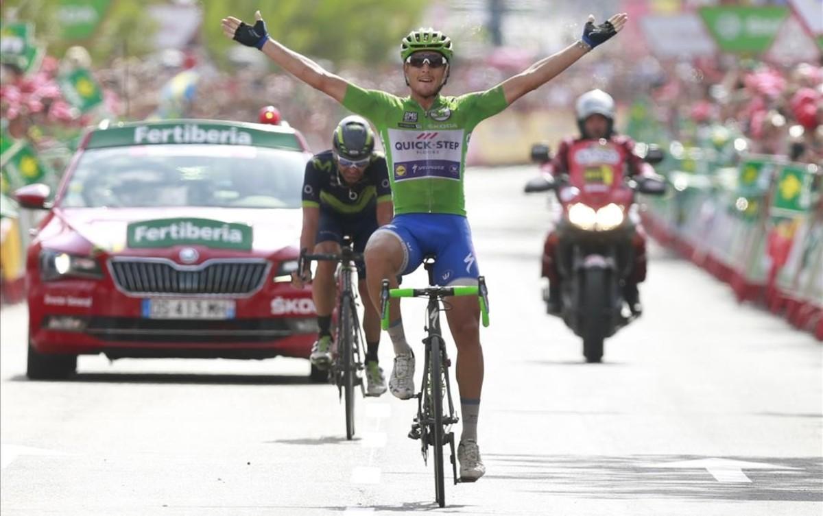 Matteo Trenin levanta los brazos por delante de José Joaquín Rojas, en la meta de Alhama de Murcia.