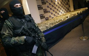 Durante la intervención policial se confiscó millones de dólares en dinero en efectivo, además de drogas y armas.