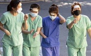 Médicos con mascarillas frente al coronavirus en Corea del Sur.