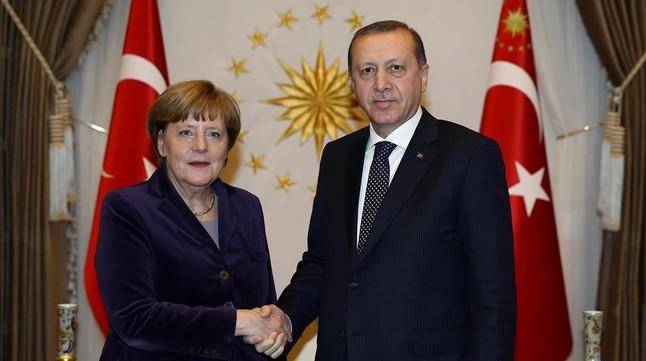 Merkel estrecha la mano del presidente turco, Recep Tayyip Erdogan, en Ankara, en febrero.