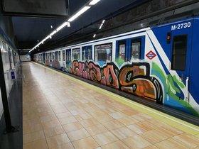 Tren pintado del Metro de Madrid.
