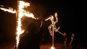 Miembros de un grupo supremacista blanco queman una cruz y una esvástica durante un encuentro en Arkansas, el pasado 9 de marzo.