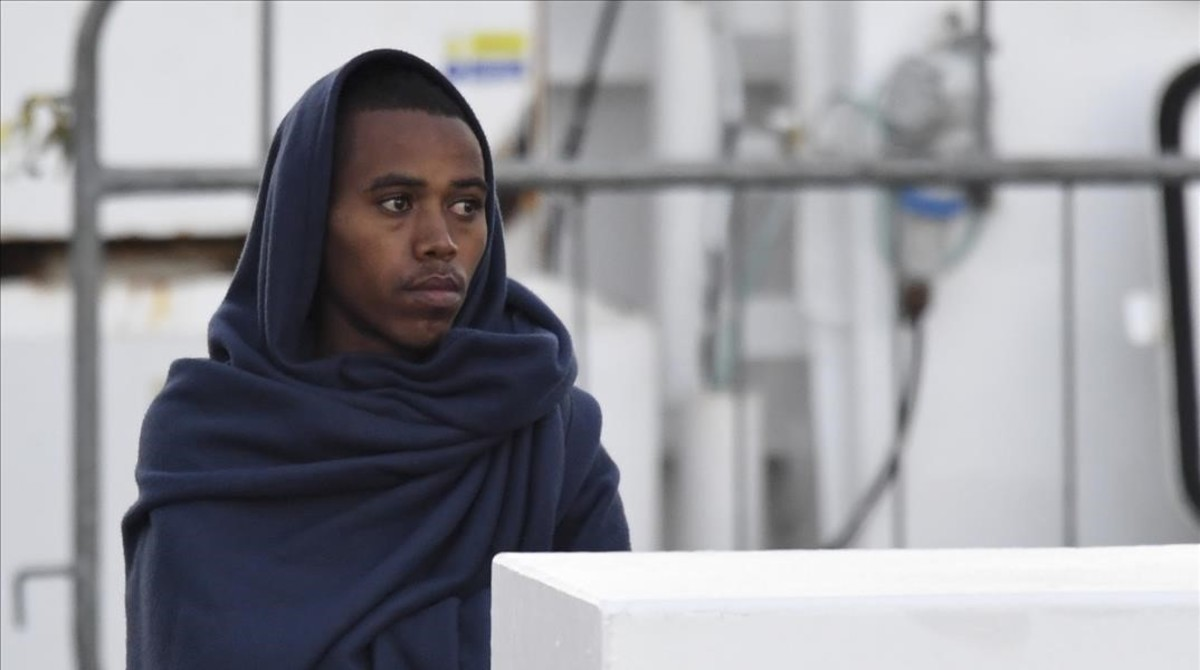 Abandonan huelga de hambre migrantes varados en barco italiano