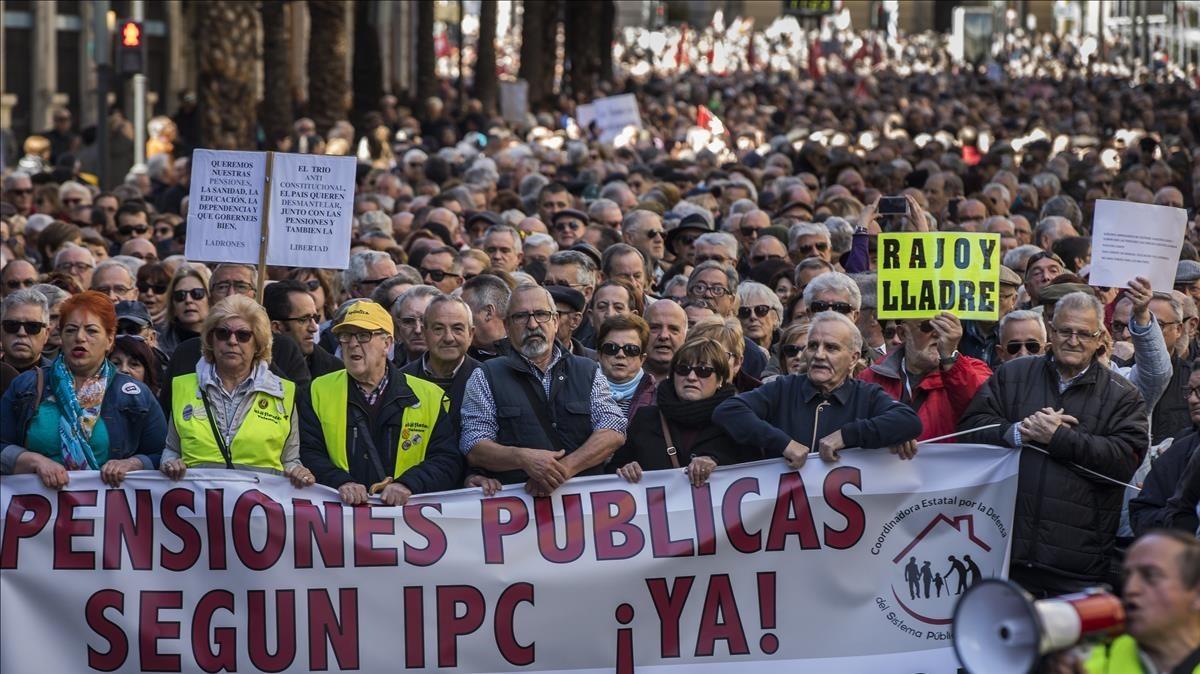 Miles de personas de manifiestan en Valencia por unas pensiones dignas.