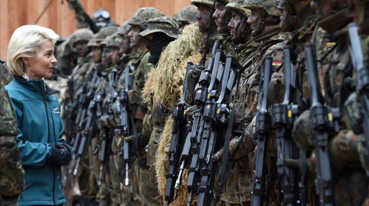 La ministra de Defensa alemana, Ursula von der Leyen, pasa revista a las tropas en unos ejercicios militares en el sur de Alemania.
