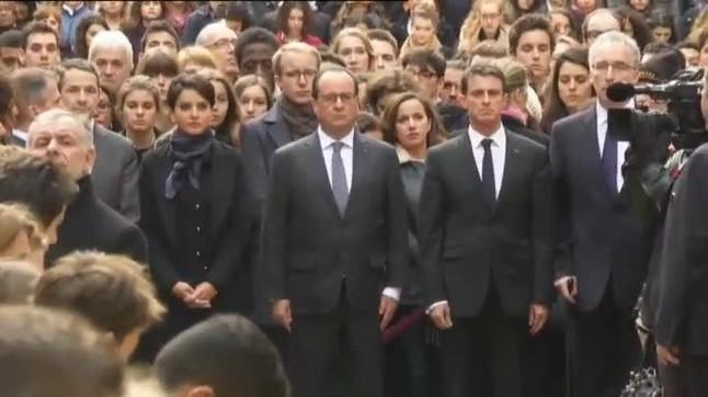 Minuto de silencio en la Sorbona de París por los atentados del sábado.El presidente Hollande y el primer ministro Valls han encabezado la comitiva de autoridades.