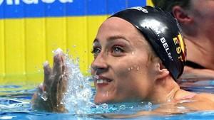 Mireia Belmonte, sonriente, saluda después de concluir su prueba