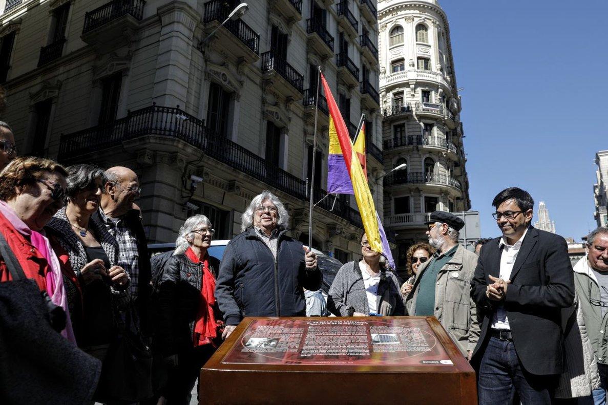 Momento del descubrimiento de la placa frente a la comisaría de Policía de Via Laietana.