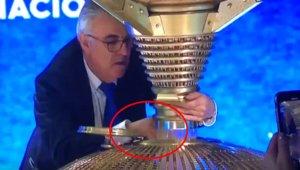 Las redes bullen ante el raro gesto de uno de los responsables de loterías.
