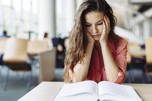 Mujer estudiando en la biblioteca.