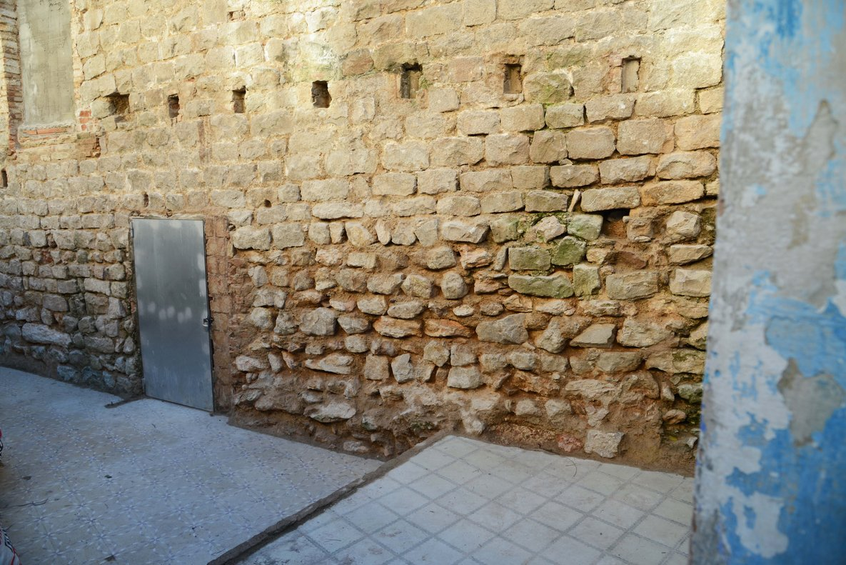 Muro exterior del Castell de Bellvís donde se han hallado los restos romanos, en L'Hospitalet