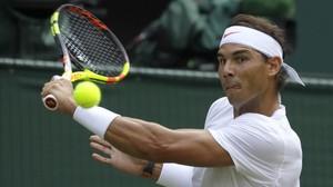 Nadal golpea de revés, en su partido ante De Miñaur, en Wimbledon.