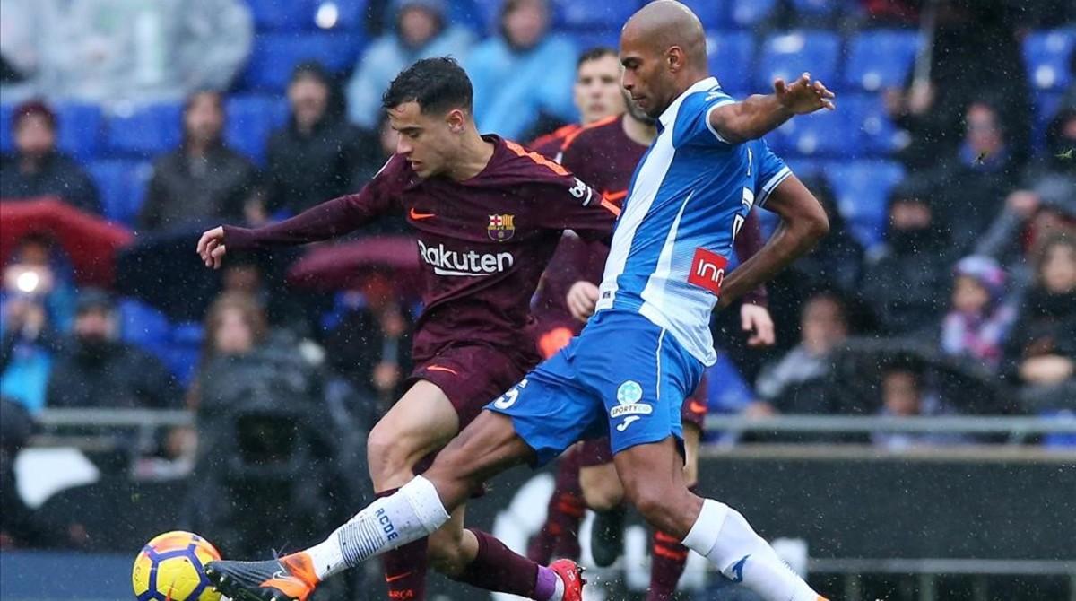 Naldo intenta parar una incursión de Coutinho.