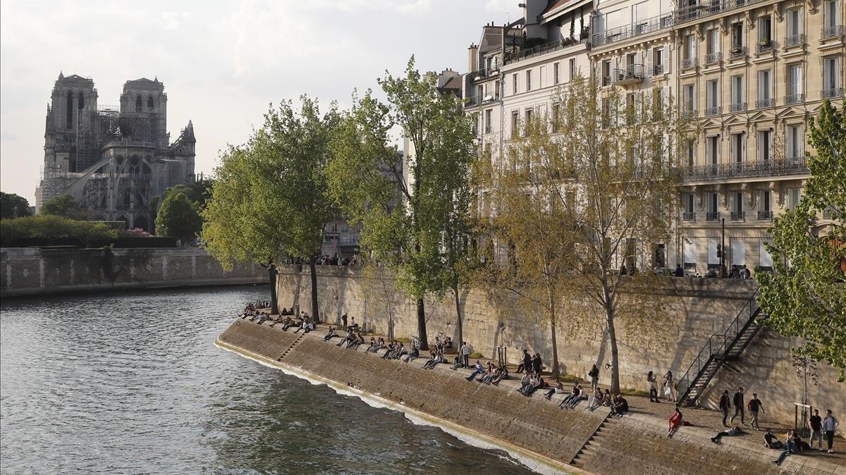 Vista de Notre Dame desde un barrio de lujo de París a orillas del Sena.
