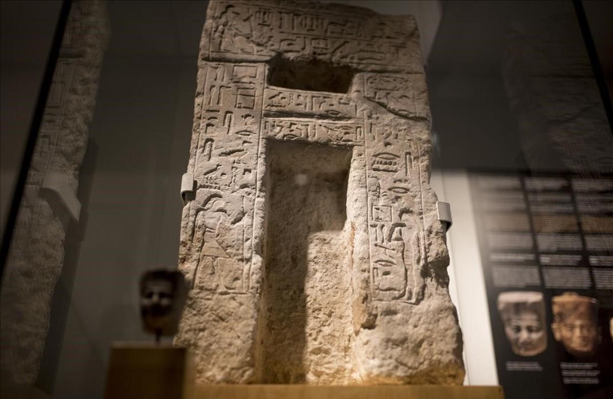 La nueva adquisición del Museu Egipci, una estela de 'falsa puerta' de dos personajes relacionados con el culto funerario a Keops.