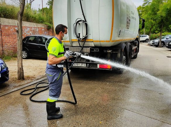 Un operario del servicio de limpieza viario en Santa Coloma de Gramenet.
