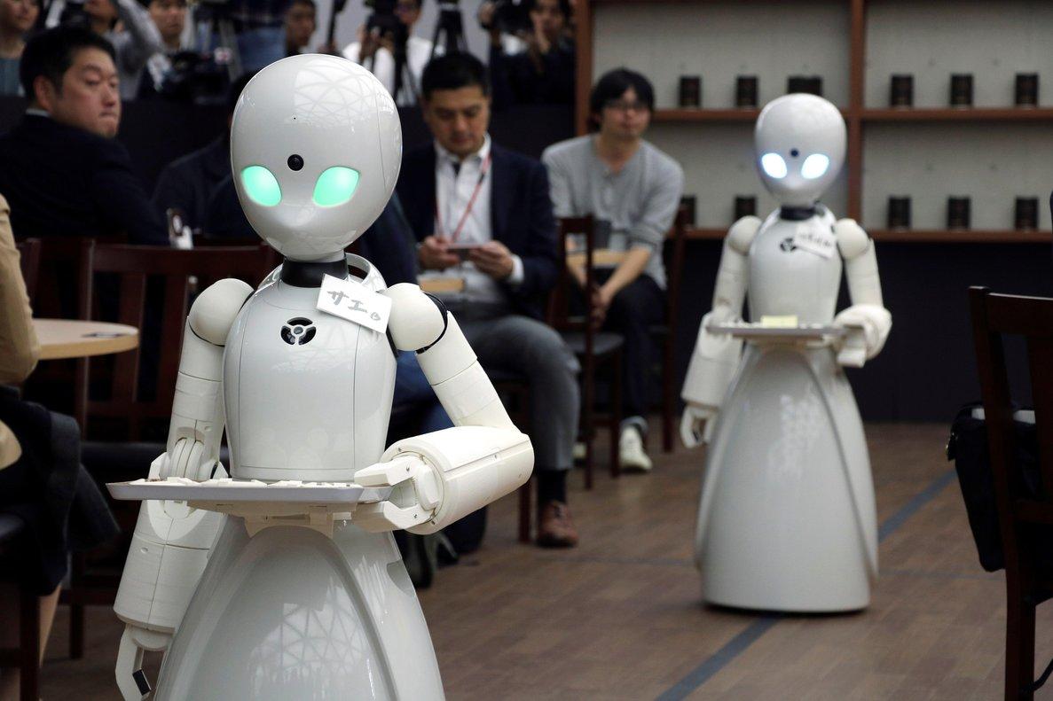 GRAF6496 TOKIO 26 11 2018 - Un cafe de Tokio ha lanzado un proyecto pionero para utilizar robots como camareros manejados a distancia por una persona discapacitada En la imagen se ven las maquinas atendiendo a los clientes Se llama OriHime-D pesa 20 kilos y desde hoy atiende como camarero en un cafe de Tokio Se trata de un robot blanco de 1 20 metros de alto que funciona gracias a los movimientos que le ordena a distancia una persona discapacitada En el cafe del barrio tokiota de Akasaka funcionan desde hoy tres robots con ese nombre Se mueven entre las mesas con precision e interactuan con el cliente el cual empatiza rapidamente Cada consumicion cuesta mil yenes 7 8 euros 8 8 dolares - EFE Nora Olive
